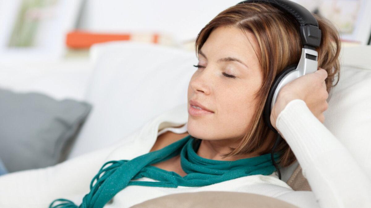 Расслабиться отдыхать девушка слушает музыку