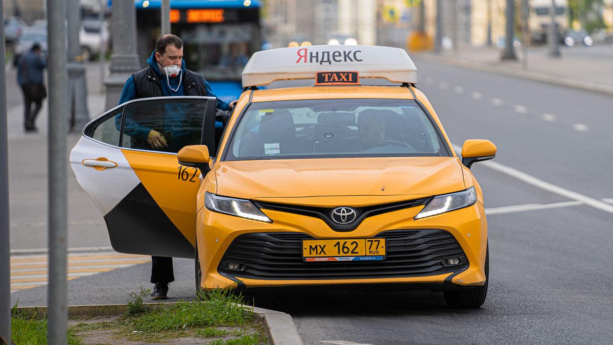 пассажир Яндекс такси садится в машину маска коронавирус