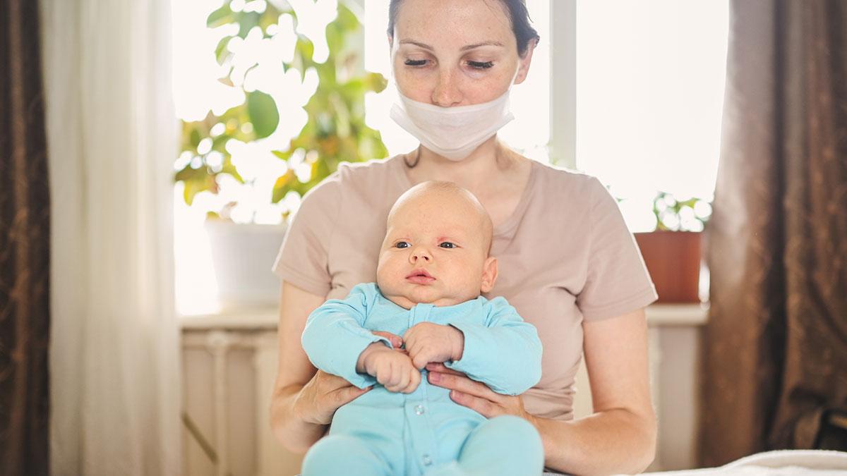 мама женщина в маске с младенцем на руках коронавирус