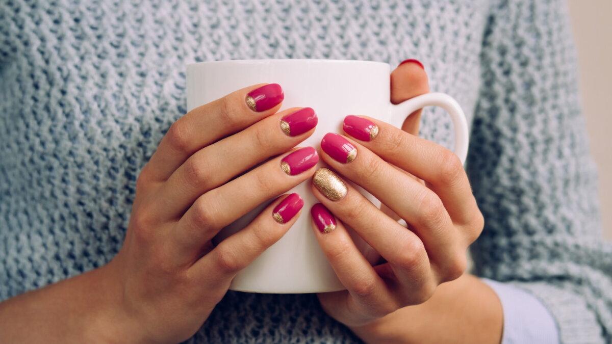 Девушка держит чашку горячий напиток чай кофе свитер согреваться