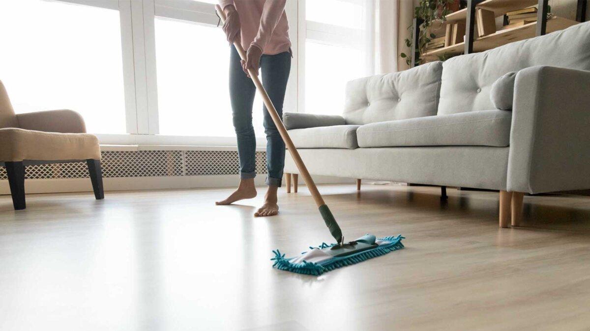 Девушка дома моет полы general cleaning Генеральная уборка
