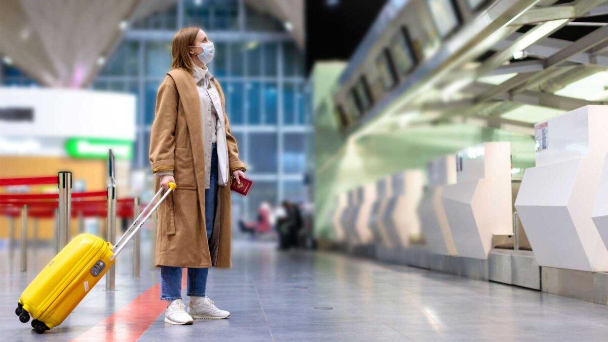 Девушка маска чемодан аэропорт паспорт