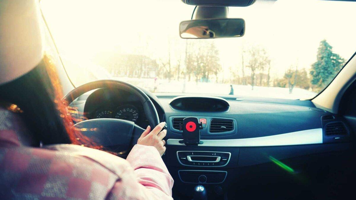 Девушка управляет автомобилем зимой Girl driving the car rear view