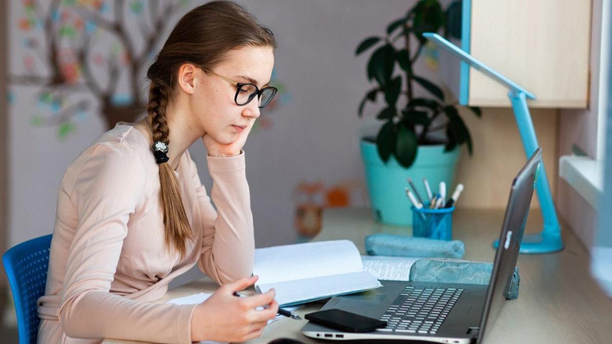 Дистанционное обучение онлайн-школа три старшеклассница старшеклассники