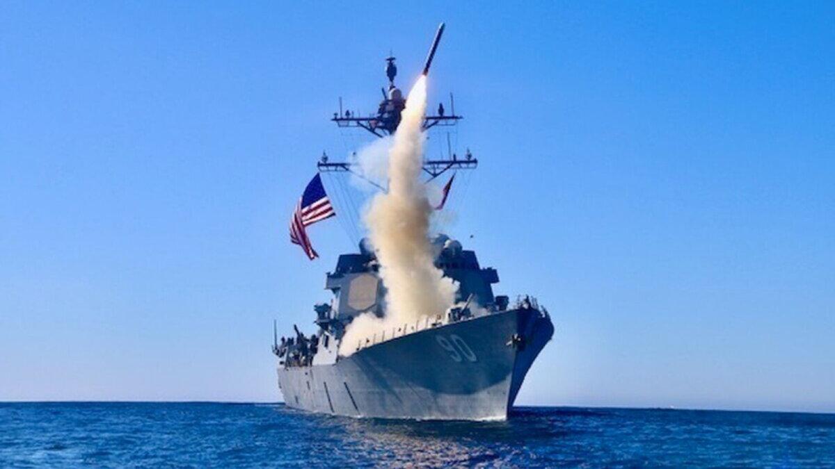 Эсминец Chafee запускает ракету Block V Tomahawk