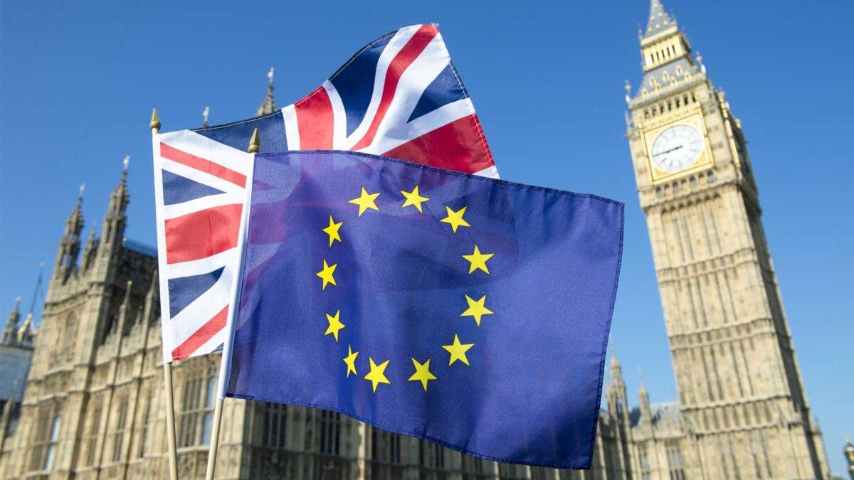 Флаг Европейского Союза и Британского Союза, развевающийся перед Биг-Беном и палатами парламента в Вестминстерском дворце