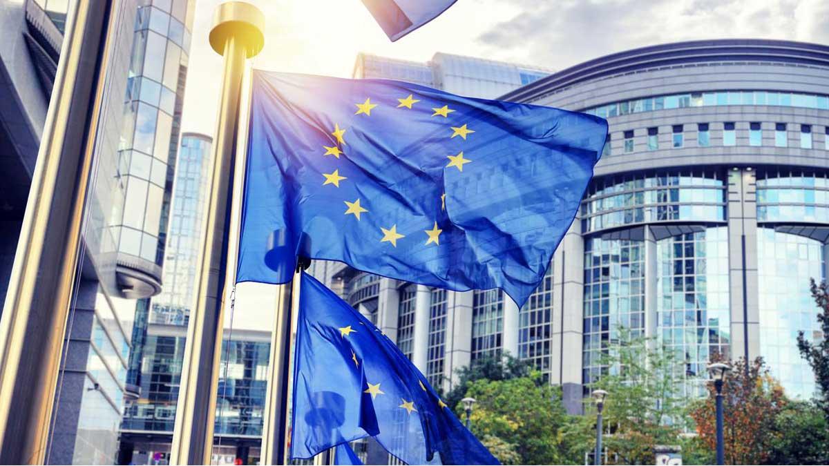 Флаги ЕС развеваются перед зданием Европейского парламента Брюссель Бельгия