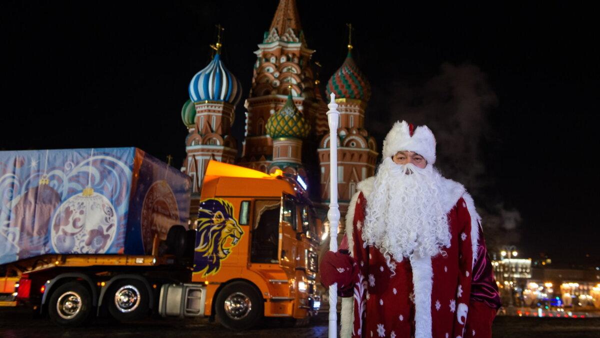 Главную ёлку страны доставили в Кремль 2020