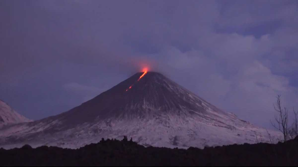 Извержение вулкана Ключевской на Камчатке
