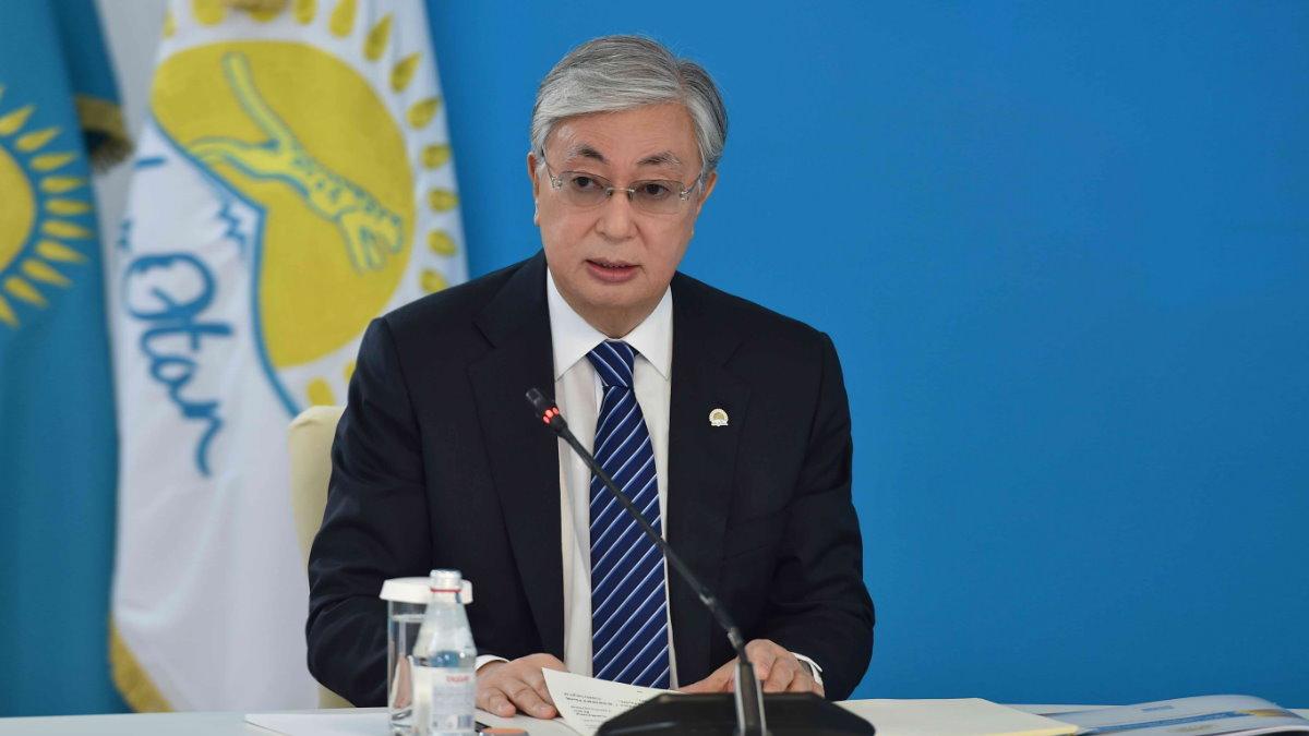 Президент Казахстана Касым-Жомарт Токаев бумаги
