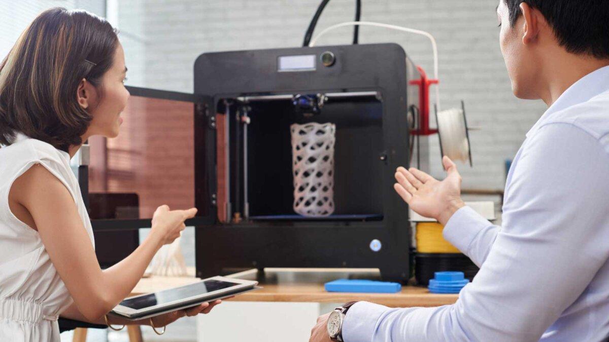 Команда дизайнеров с 3D-принтером