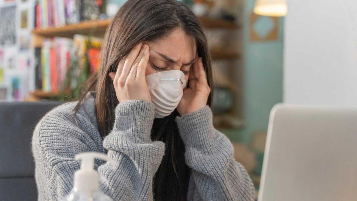 Коронавирус симптомы головная боль женщина в маске