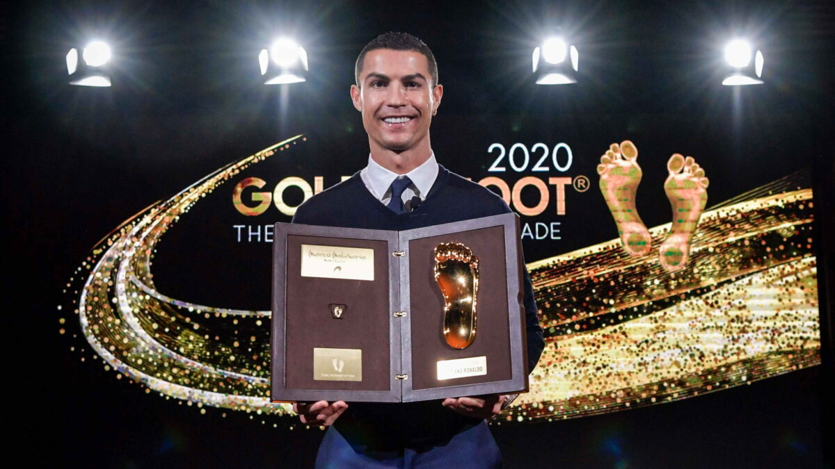 Роналду получил награду Golden Foot-2020