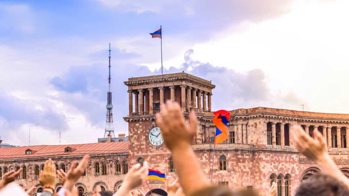 Люди Армения флаги руки Citizens of Armenia with flags in their hands