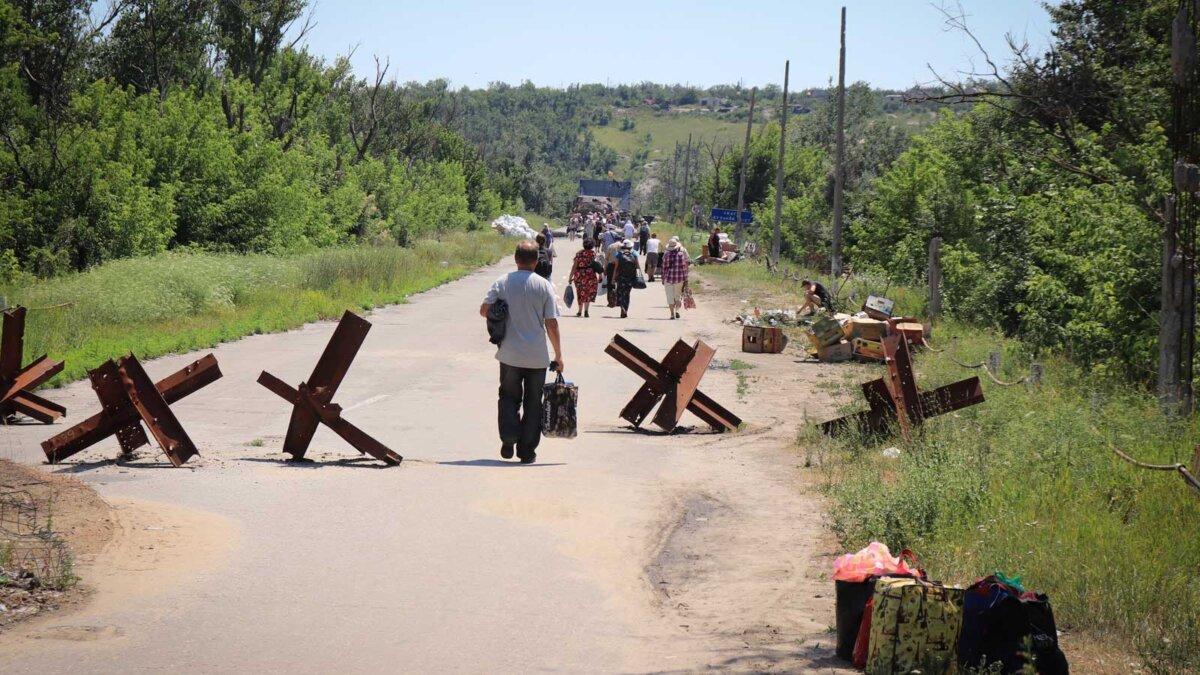 Люди идут с вещами Донбасс People crossing checkpoint in Stanytsia Luhanska in Donbass