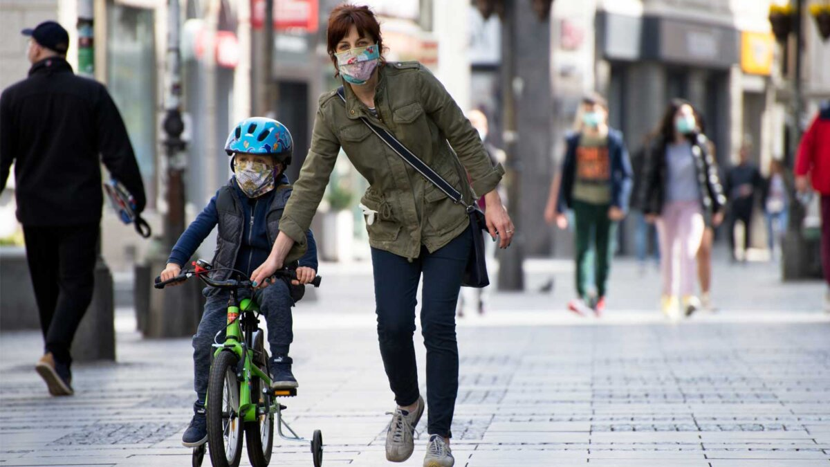 Мама с маленьким ребенком улица в масках Mother and a small child on the city streets wearing face masks