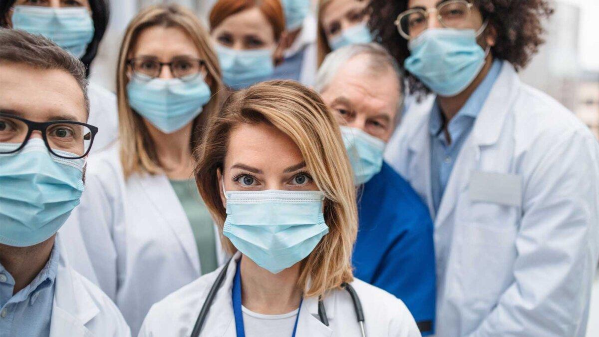 Медики доктора в масках смотрят