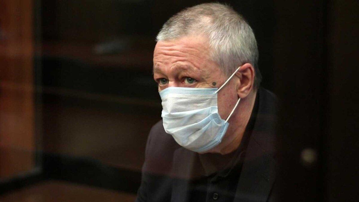 Михаил Ефремов сидит в маске сидит