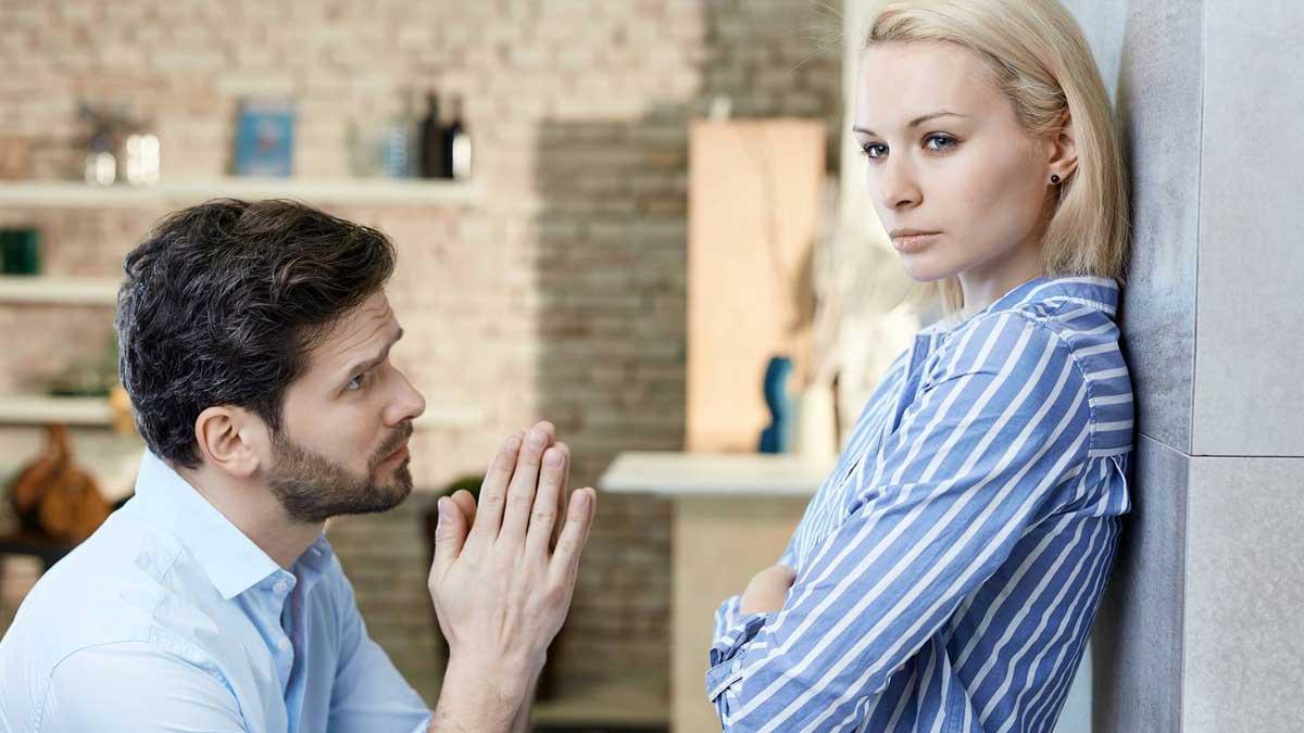 Молодой человек просит прощение подруге дом