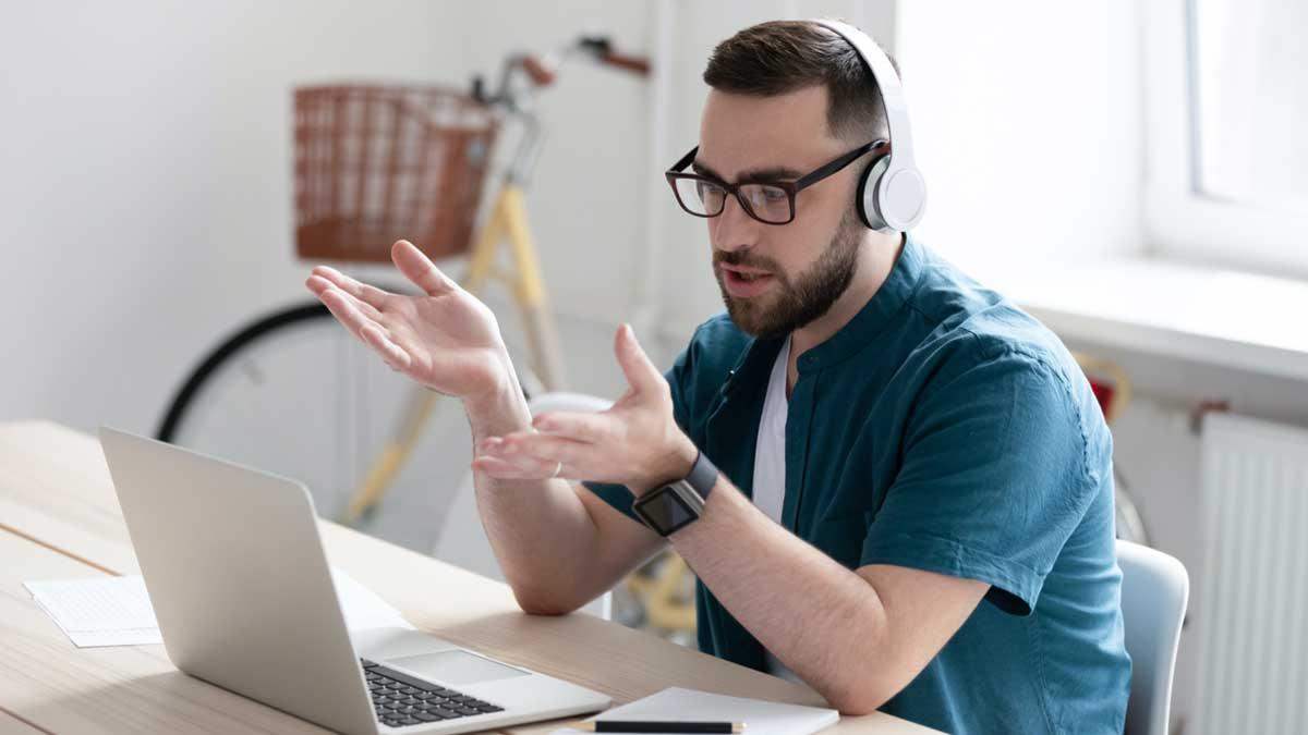 Мужчина работает на удаленке с компьютера