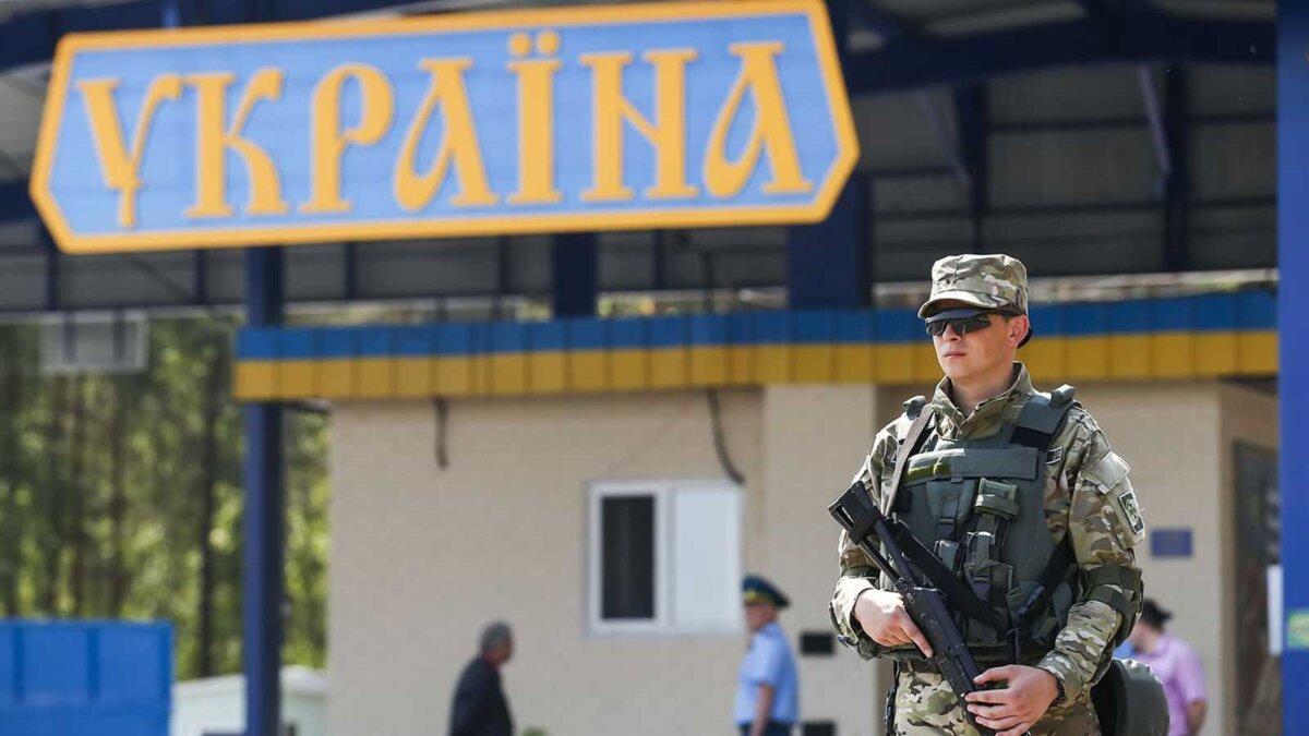 Мужчина с автоматом стоит Украина