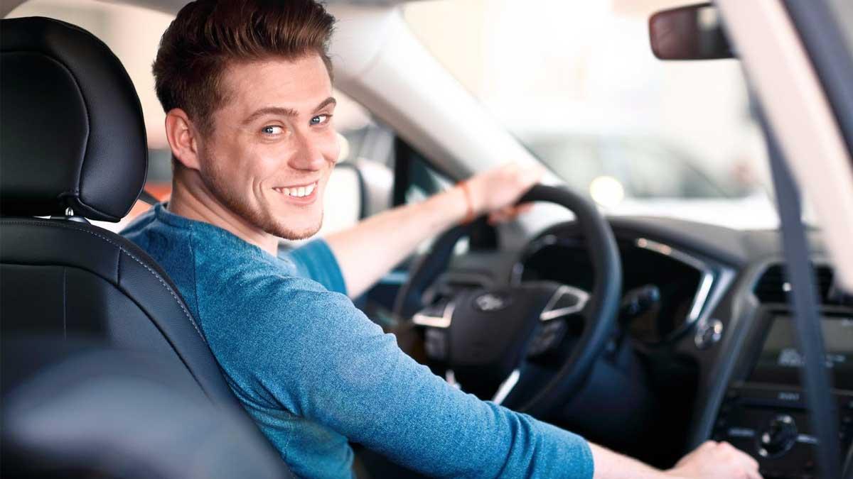 Мужчина сидит в автомобиле за рулем