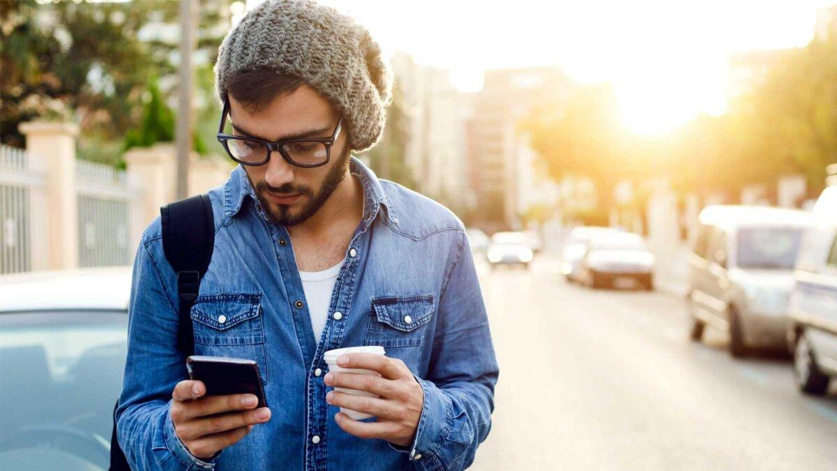 Мужчина стакан кофе телефон шапка очки улица машины