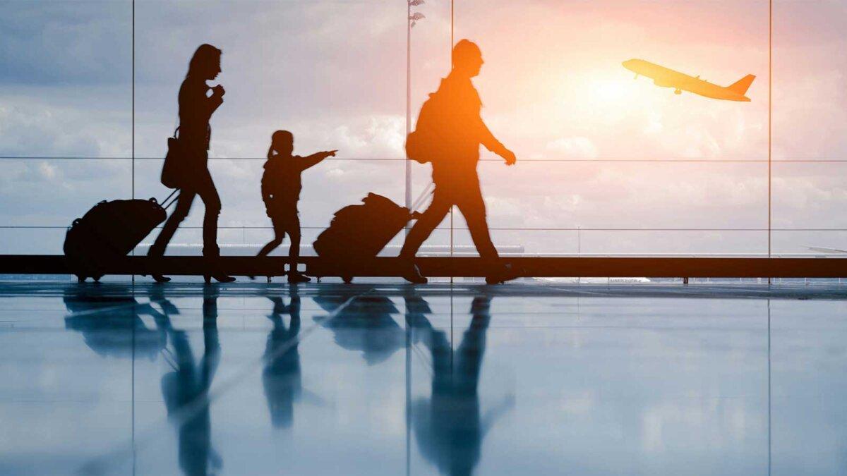 Мужчина женщина ребенок сумки аэропорт самолет
