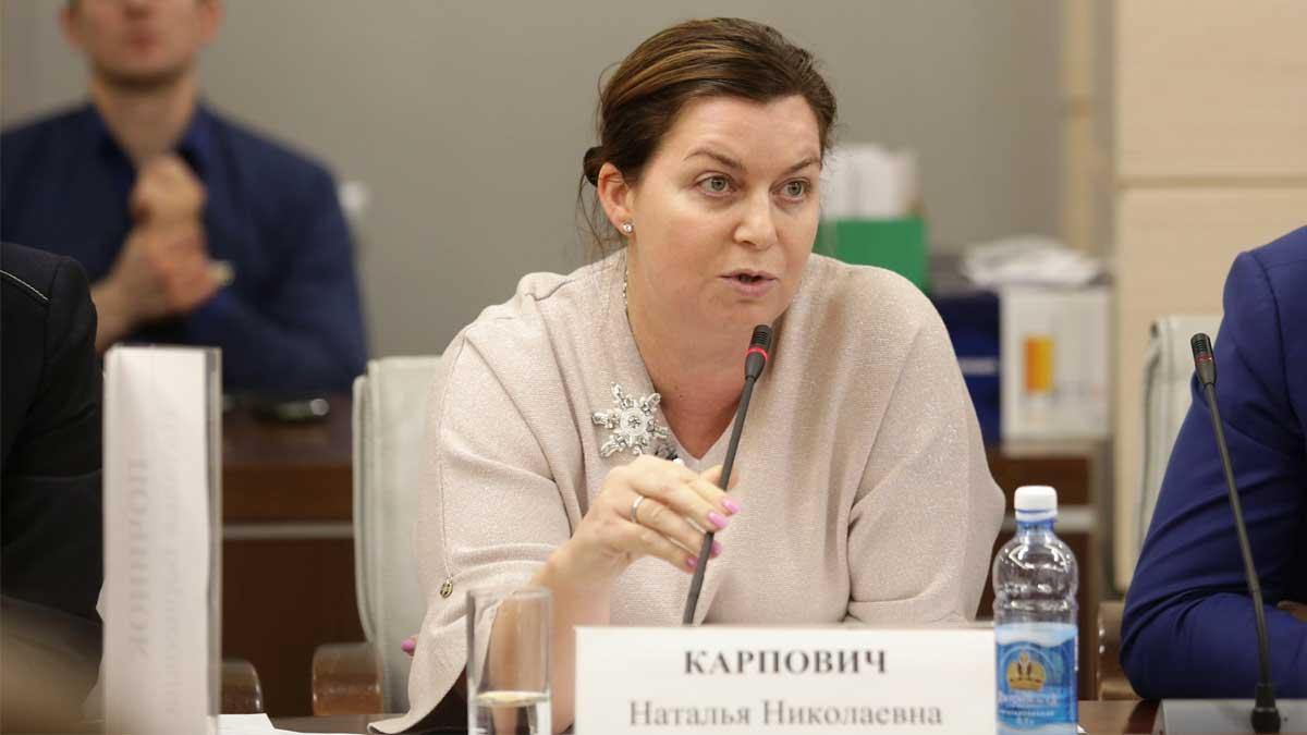 Наталья Карпович за столом