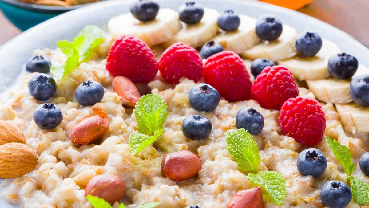 Овсяная каша с ягодами клубника Bowl of oatmeal porridge with berries