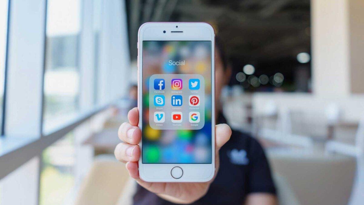 Парень держит телефон социальные сети
