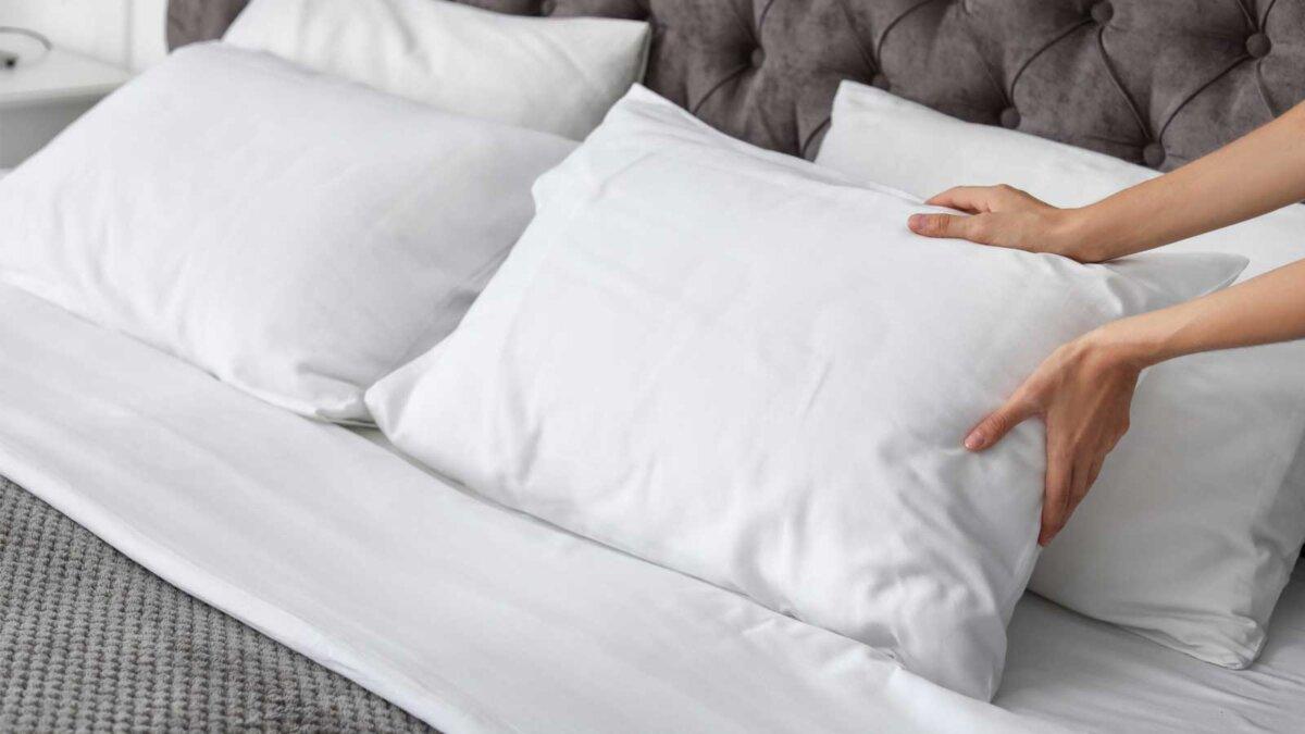Подушки кровать женские руки pillow scaled