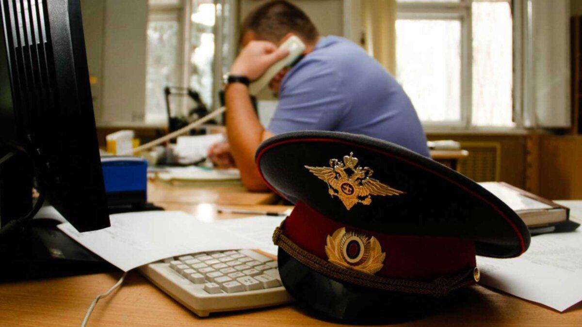 Полицейский работает в офисе A policeman at work in the duty room
