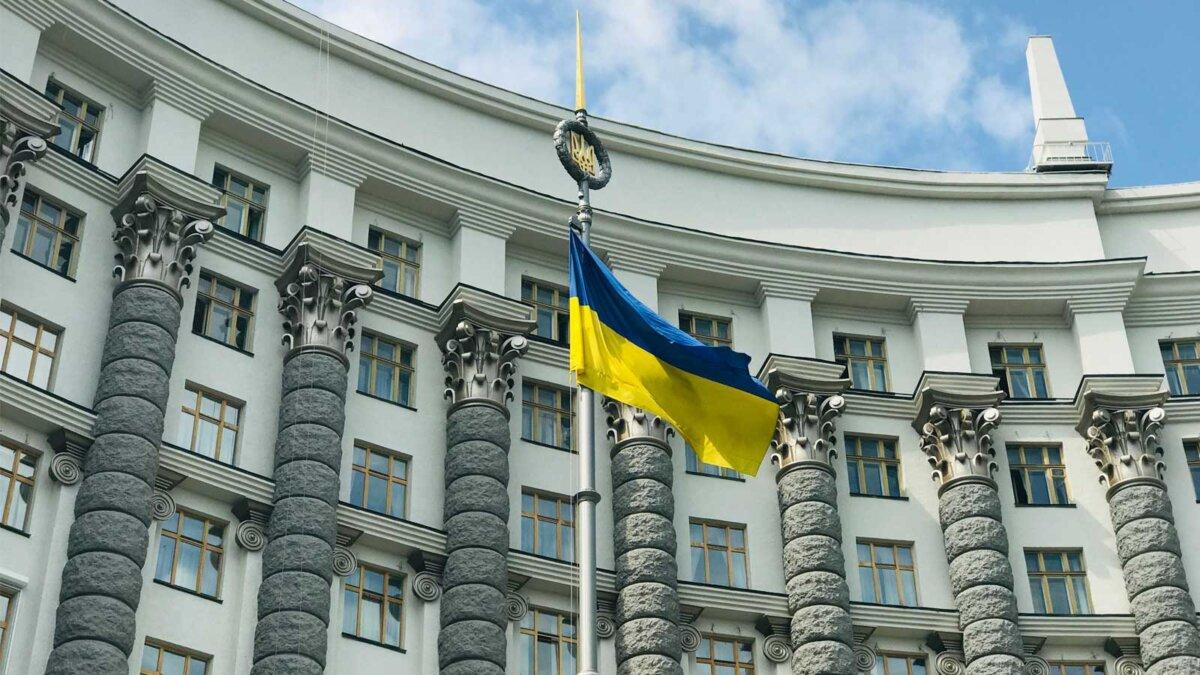 Правительство Украины флаг The flag of Ukraine near The Cabinet of Ministers of Ukraine