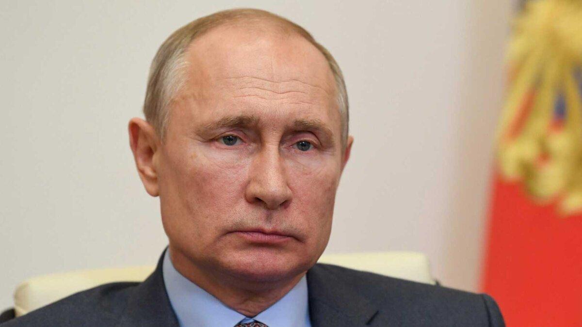 Президент России Владимир Путин на фоне флага