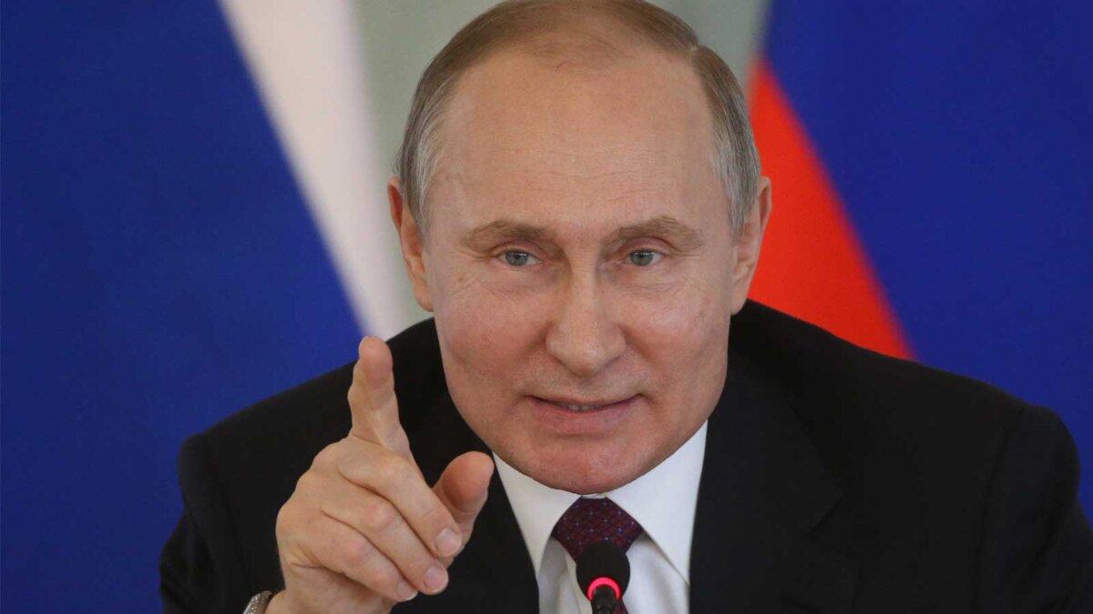 Президент Российской Федерации Владимир Путин поднял палец