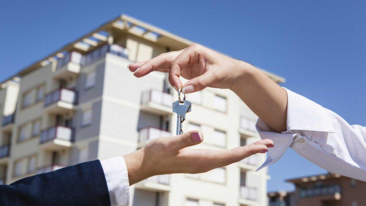 Риэлтор дает ключи от квартиры