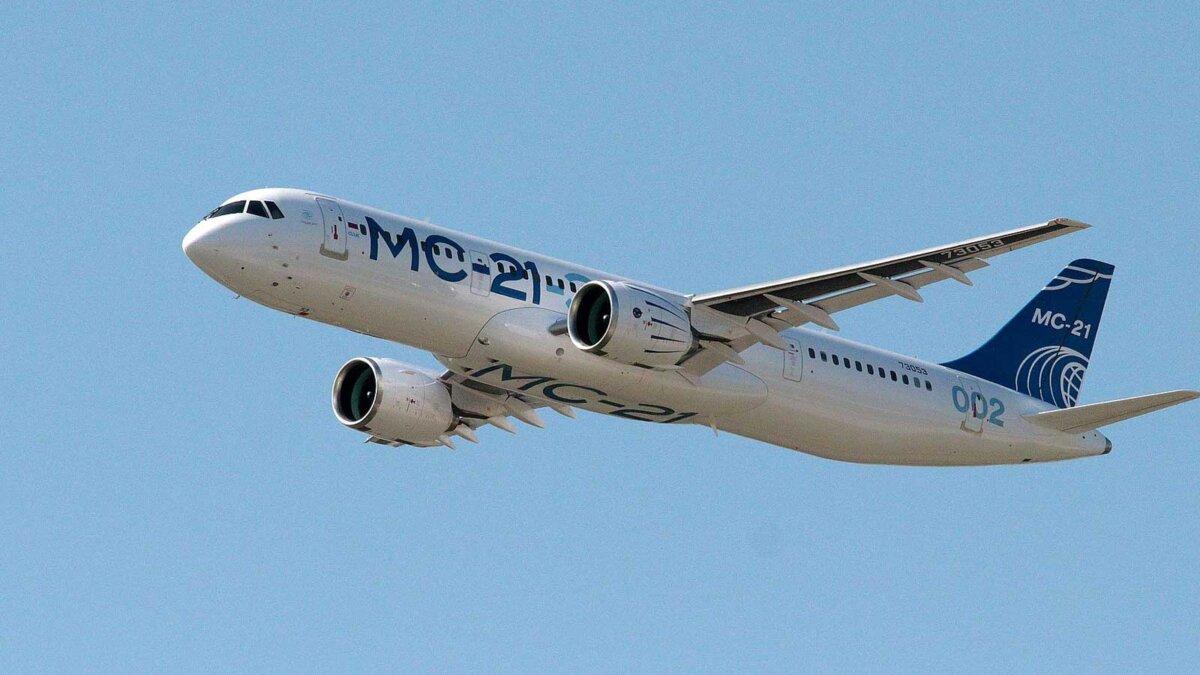 Самолет МС-21 в воздухе
