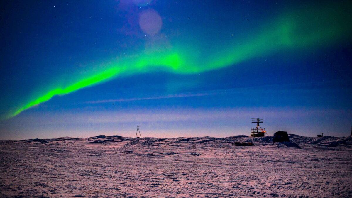 Северное сияние над ледовым лагерем Seadragon Арктика