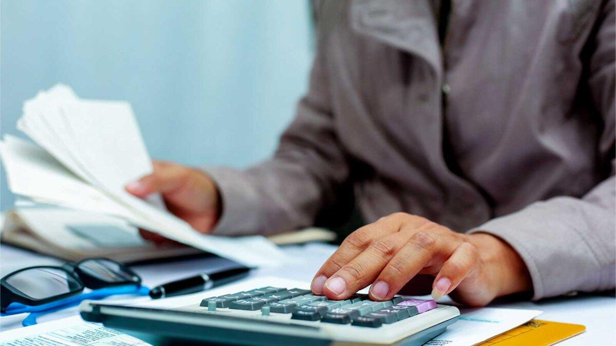 Стол руки калькулятор очки бумаги
