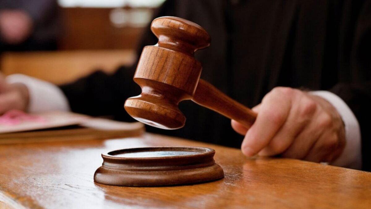Суд судья правосудие молоток право решение закон приговор три