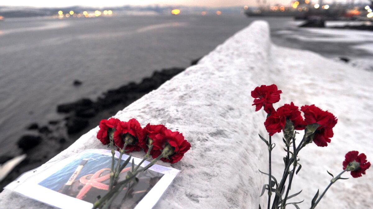 Акция памяти жертв крушения рыболовецкого судна Онега в Мурманске