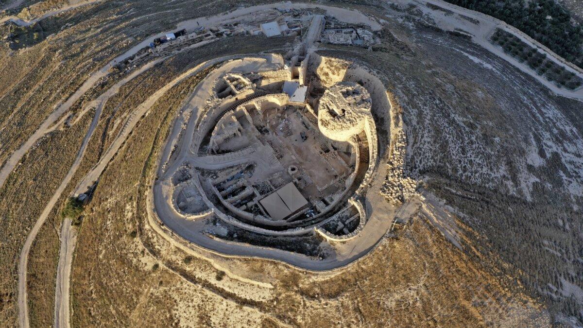 Крепость Иродион, гробница царя Ирода и театр, построенный им между 23-15 г. до н.э. в Иудейской пустыне
