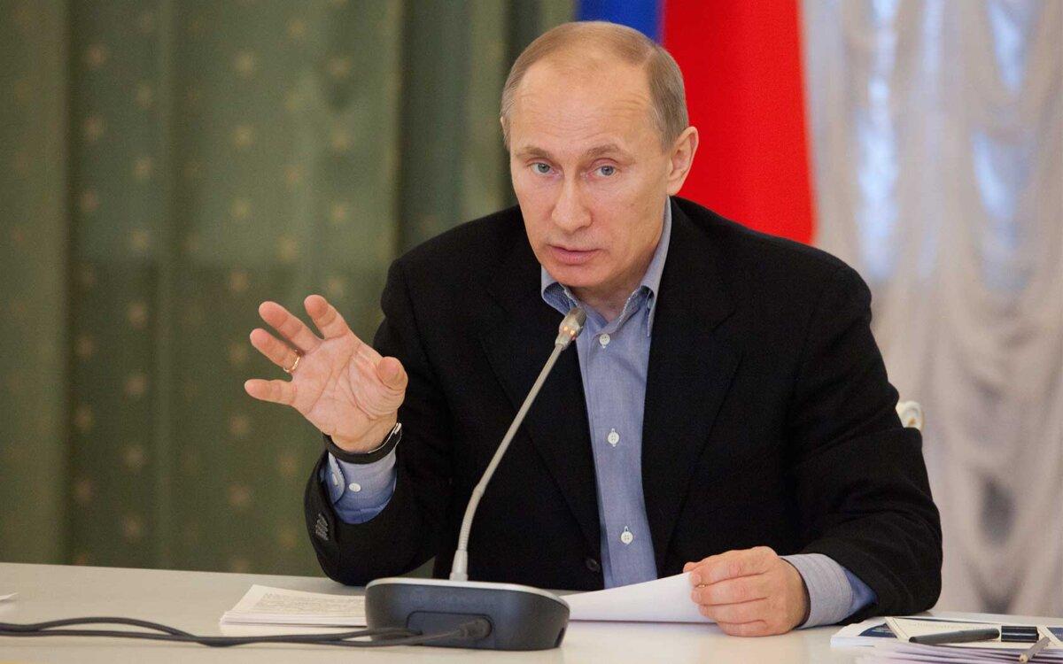 Владимир Путин говорит микрофон бумаги за столом