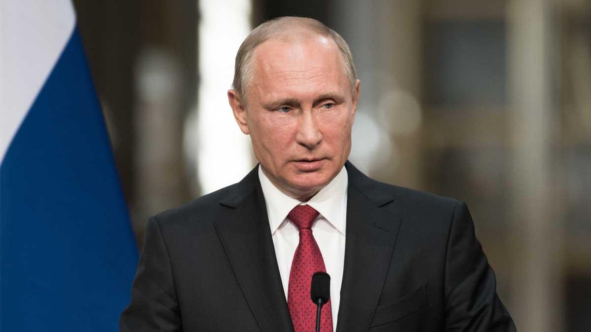 Владимир Путин смотрит