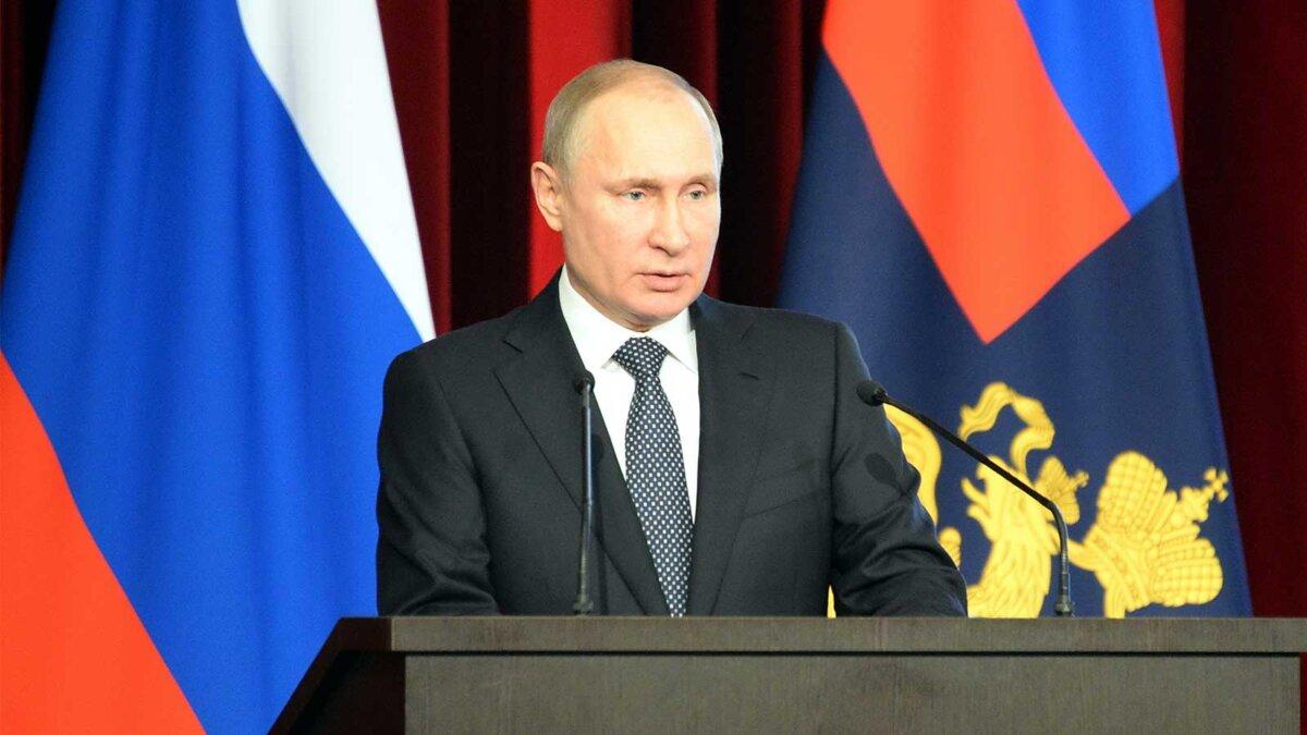 Владимир Путин трибуна флаги Россия
