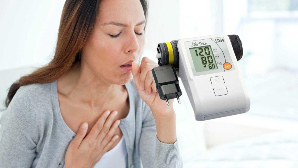 Женщина кашель тонометр высокое давление