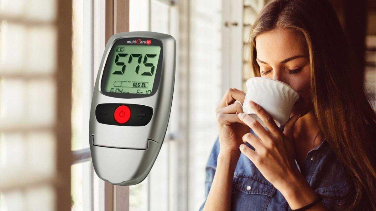Женщина пьет чай глюкометр