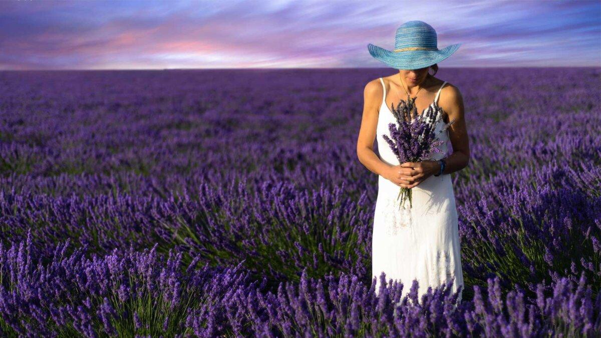 Женщина с букетом поле лаванды