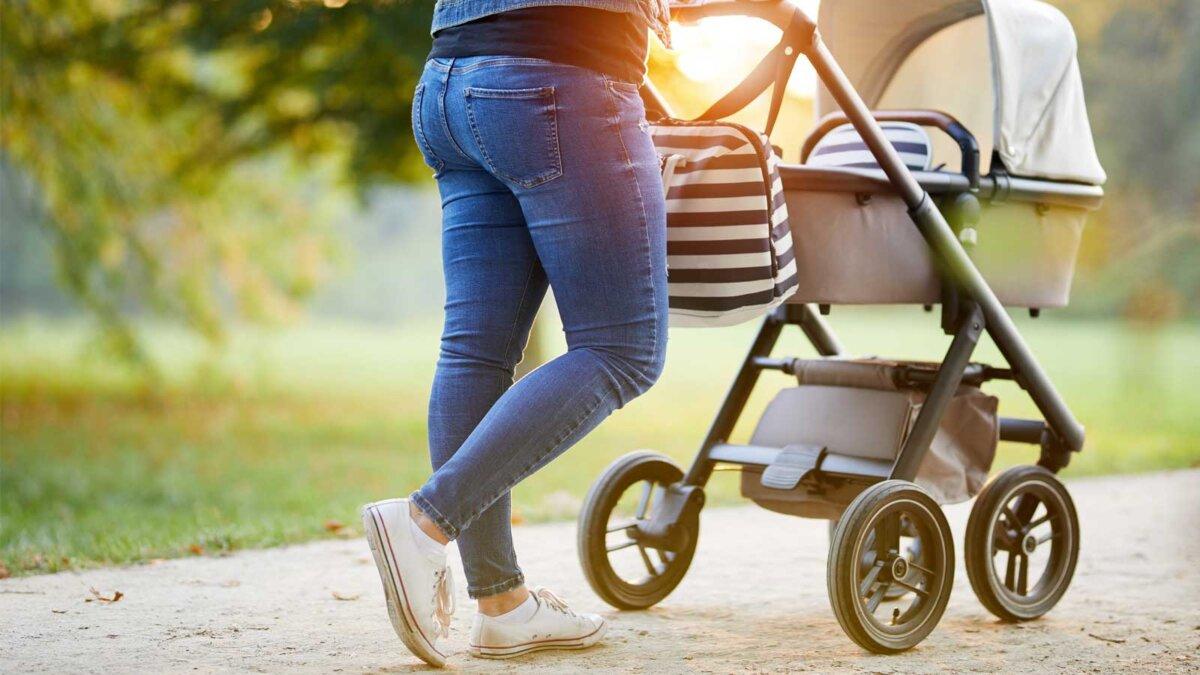 Женщина с коляской на прогулке